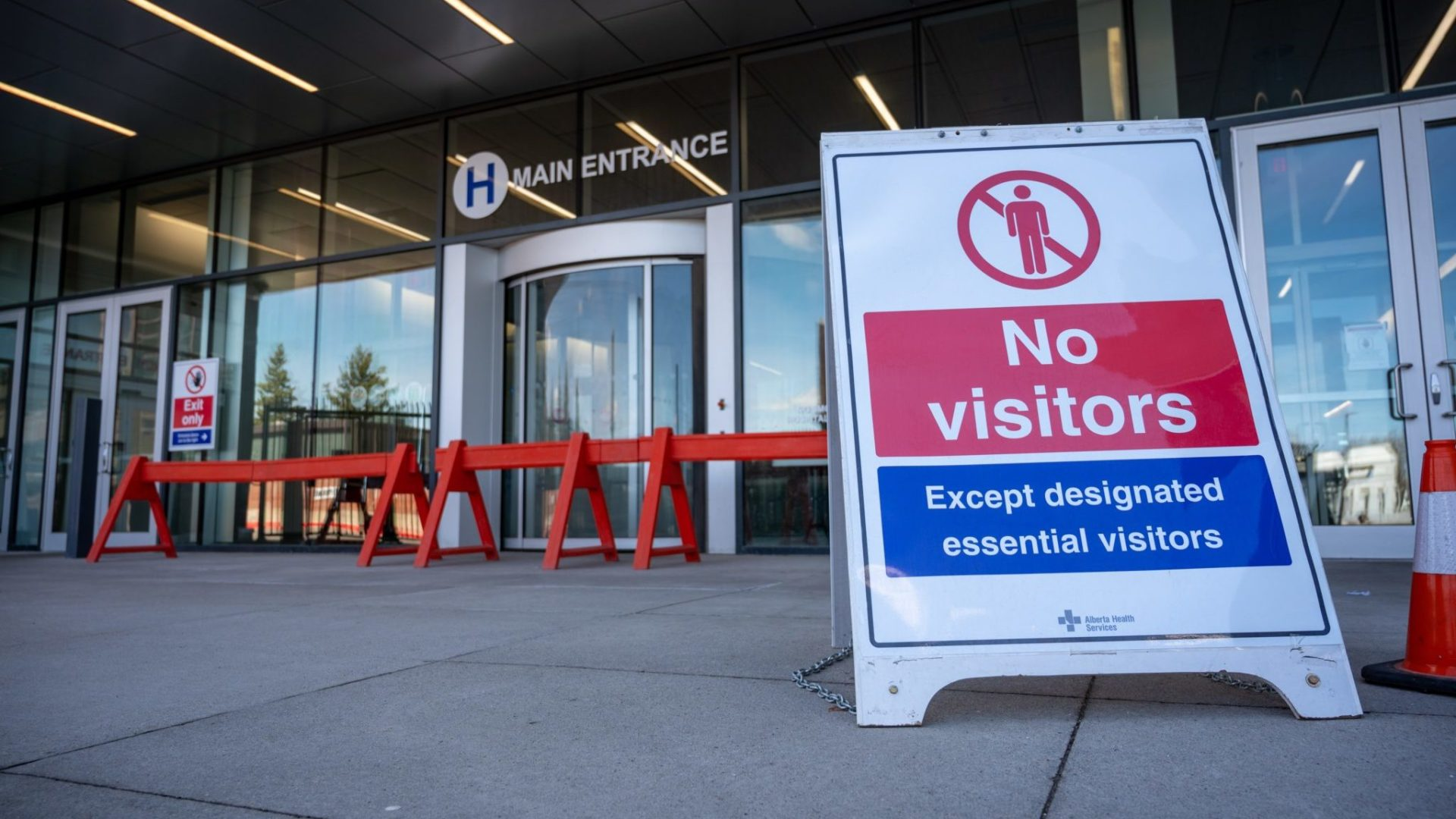 No visitors allowed signage due to COVID-19 at Chinook Regional Hospital in Lethbridge, Alberta
